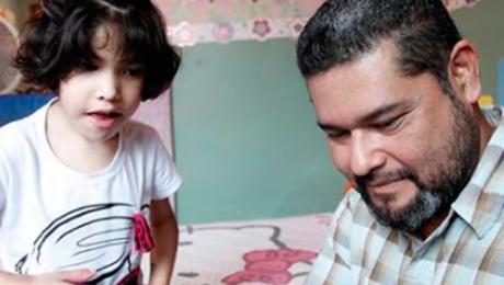 Alina y su papa Abelardo Maldonado reciben aceite de cannabidiol