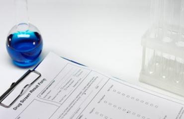 Tubos de ensayo y resultados de prueba antidrogas