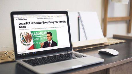 Laptop con la noticia de la revista Rolling Stone sobre cannabis en Mexico