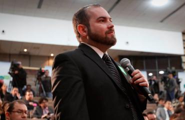 Raul Elizalde hablando en auditorio